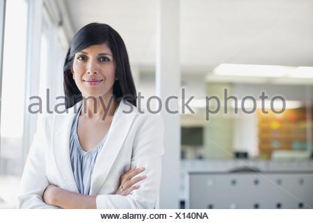 Porträt der Geschäftsfrau Stand mit verschränkten Armen - Stockfoto