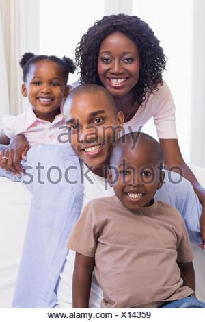 Glückliche Familie zusammen auf der Couch sitzen - Stockfoto