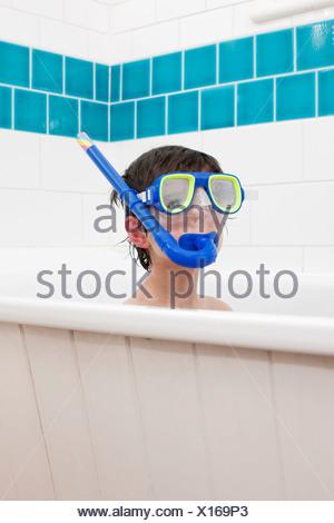 Junge mit Schnorchel Maske im Bad - Stockfoto
