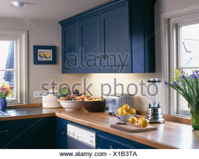 Blaue eingebauten Schrank oberhalb aus Holz Arbeitsplatte mit ...