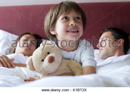drei kleine jungs schlafen nebeneinander auf dem r cksitz eines autos stockfoto bild 76146318. Black Bedroom Furniture Sets. Home Design Ideas