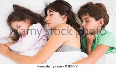Mutter Schläft Mit Sohn Und Tochter Kuschelte Sich Stockfoto Bild
