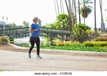 Reife Frau im Park Joggen