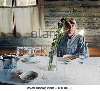 Finnland, Reife Frau, die am Tisch sitzen - Stockfoto