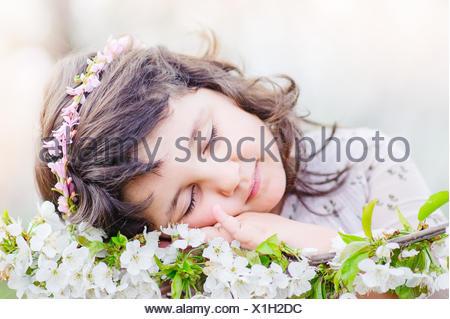 Niedliche Mädchen (4-5) schlafen auf Blumen