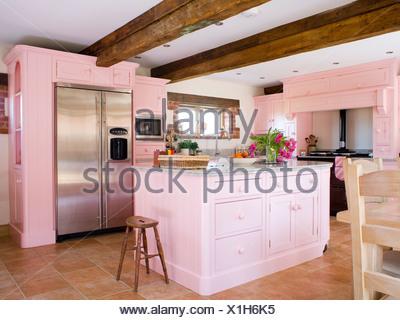 ... Pastell Rosa Ausgestattete Einheiten Und Insel Einheit Im Landhaus Küche  Mit Großen Edelstahl Amerikanische