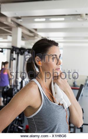 Frau mit Handtuch ruhen in Turnhalle - Stockfoto