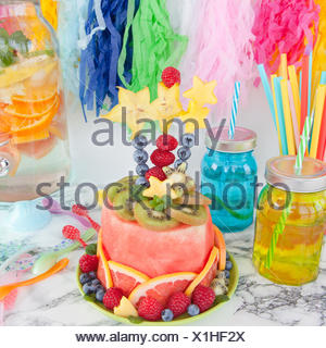 Bunter Kuchen Aus Frischem Obst Und Party Dekoration Stockfoto Bild