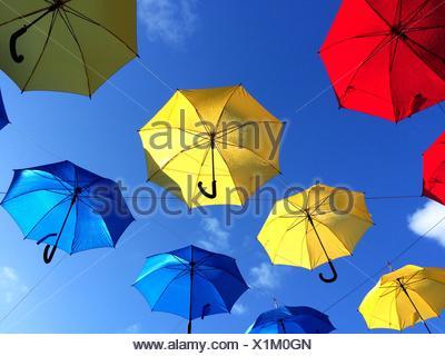Niedrigen Winkel Ansicht von bunten Sonnenschirmen im Himmel fliegen - Stockfoto