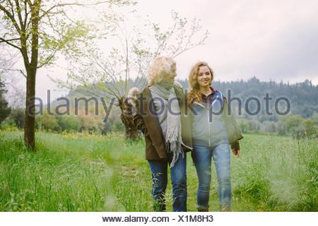 Reife Frau und Tochter im Teenageralter einen Spaziergang im Feld - Stockfoto