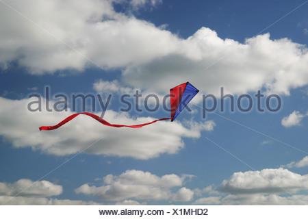 ein Drachen fliegt hoch in den Himmel - Stockfoto