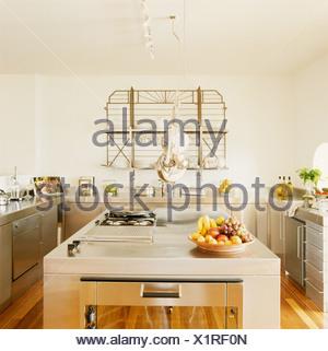 ... Moderne Weiße Küche Mit Edelstahl Einheiten Und Kochinsel Mit Kochfeld    Stockfoto