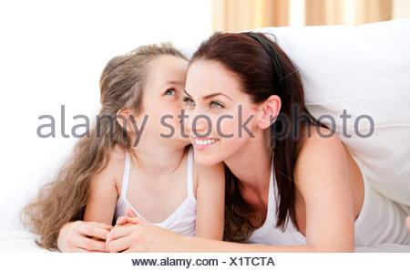 Entzückende kleine Mädchen küssen ihre Mutter - Stockfoto