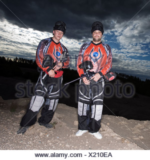 Männer spielen Paintball, Schweden.