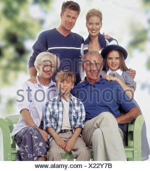 gruppenbild von drei generationen familie sitzt auf einer. Black Bedroom Furniture Sets. Home Design Ideas