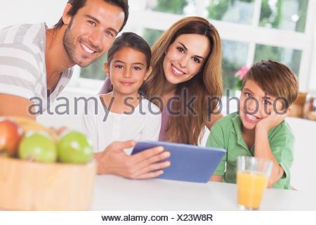 Glückliche Familie mit einem TabletPC Stockfoto