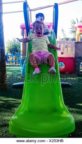 Niedrigen Winkel Ansicht verängstigten Mädchens auf Folie im Park - Stockfoto