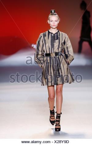 ... geometrische Muster, lange Ärmel, · Sophia Kokosalaki Paris bereit zu  tragen Frühling Sommer Modell trägt ein kurzen, braunen Kleid schwarz 48b9e15f90