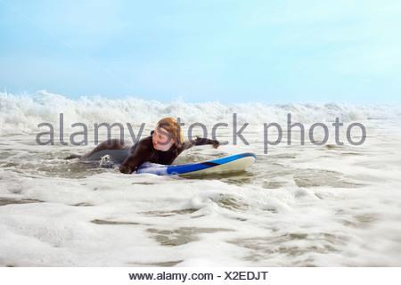 Frau liegend auf Surfbrett, Planschbecken - Stockfoto