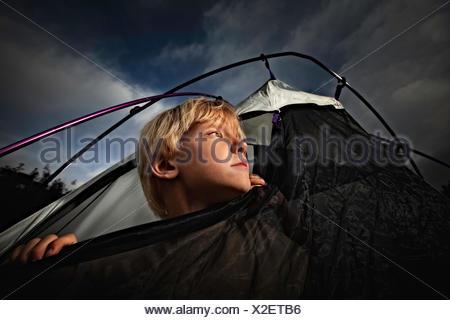 Junge aus Zelt öffnen bei Nacht, Colorado, America, USA - Stockfoto