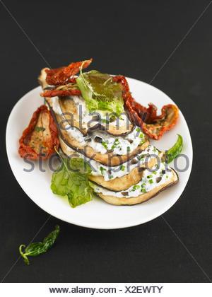 Auberginen und Kraut Fromage Frais Mille-Feuille mit getrockneten Tomaten - Stockfoto