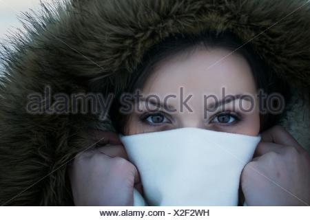 Close-up Portrait Of Young Woman für Gesicht mit Serviette