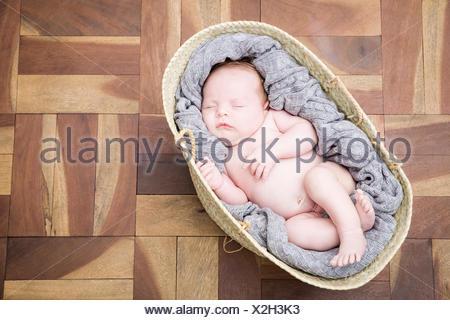 Baby schläft behaglich im Körbchen - Stockfoto