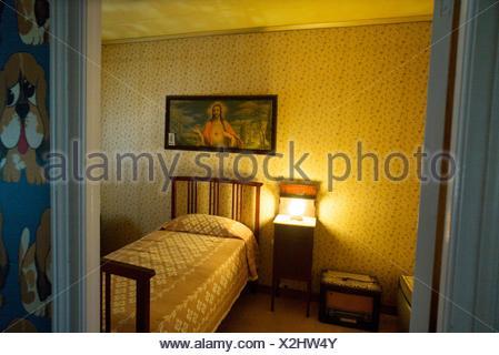 Schön ... Vintage Schlafzimmer Mit Einem Bild Des Heiligen Herzens Von Jesus  Hängt An Das Kopfteil Für Ein