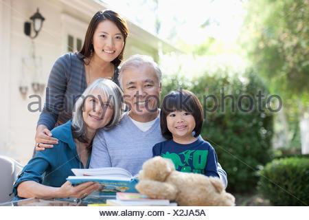 Asiatischer mann mit mädchen aus