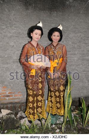 In Zentral-Java, Brautjungfern tragen traditionelle Batik ...