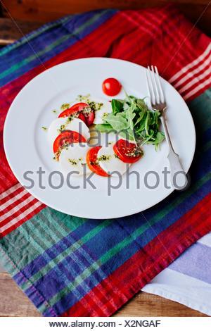 Mozzarella, Tomaten und Basilikum - Stockfoto