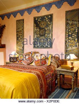 bunte indische kissen und tagesdecke auf dem bett im ethno. Black Bedroom Furniture Sets. Home Design Ideas