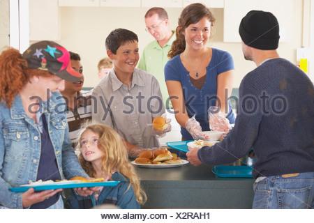 Frau, die ehrenamtliche Arbeit in der Suppenküche Stockfoto, Bild ...