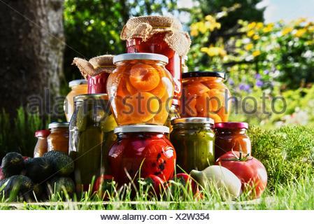 Obst und gem se in gl sern auf einem holzstuhl stockfoto bild 92672233 alamy - Gemuse im garten ...