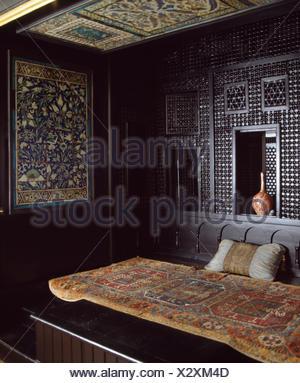Kolonialstil Schlafzimmer Mit Moskitonetz; Alte Orientalische Wolldecke Auf  Bett Im Marokkanischen Stil Schlafzimmer   Stockfoto