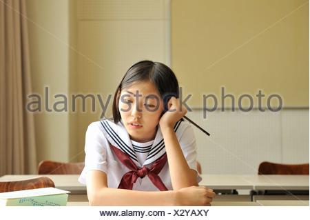 japan schulm dchen in uniform schlafen im zug stockfoto bild 9973746 alamy. Black Bedroom Furniture Sets. Home Design Ideas