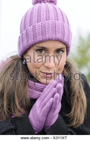Porträt der jungen Frau mit Mütze und Handschuhe im winter - Stockfoto