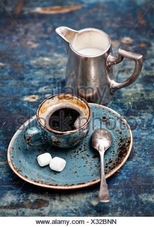 Kaffeetasse auf blauem Hintergrund