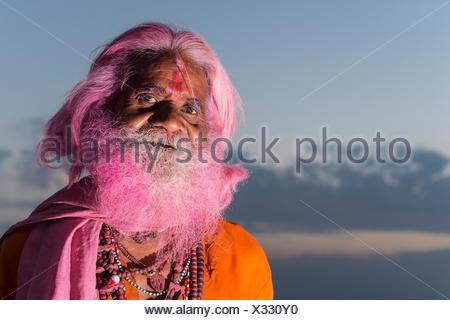 Porträt eines alten Mannes mit einem rosa Bart auf dem Holi Festival, Vrindavan, Uttar Pradesh, Indien - Stockfoto