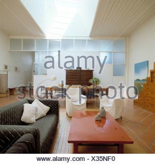 Weiße Loosecovers Auf Stühlen Und Couchtisch Rot Und Grau Sofa In  Großzügige Offene Wohn  /