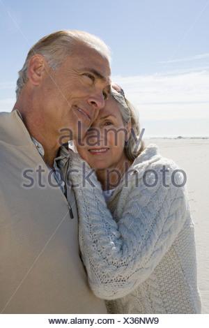 Älteres paar umarmt am Strand - Stockfoto