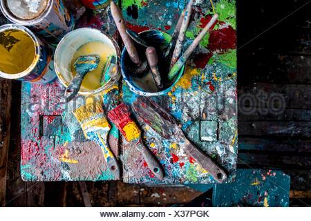 Pinsel und Töpfe von Farben auf den Tisch Stockfoto