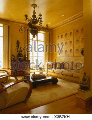 Reich Verzierte Messing Kronleuchter Im Wohnzimmer Mit Der Dreißiger Jahre  Stühle Und Schwarz + Weiß Bedruckt