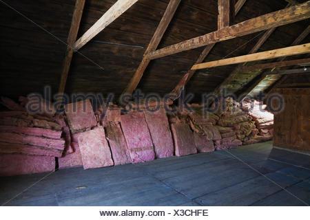 Holzfußboden Isolieren ~ Holzfußboden balken und dachschalung mit gestapelten rosa