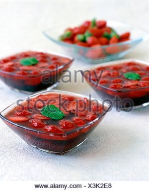 Erdbeer-Suppe mit frischer Minze - Stockfoto