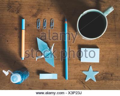 Direkt über dem Schuss von Ausrüstungen und Kaffeetasse auf Tisch - Stockfoto