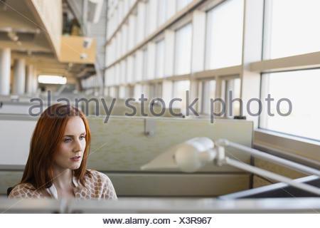 Geschäftsfrau, die im Büro arbeiten - Stockfoto