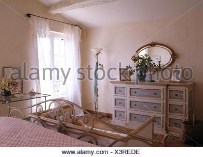 Französischer landhausstil schlafzimmer  Land Schlafzimmer mit einer Kommode und ein schmiedeeisernes ...