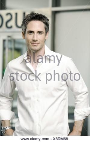 Porträt eines jungen Mannes im weißen Hemd in der lobby - Stockfoto