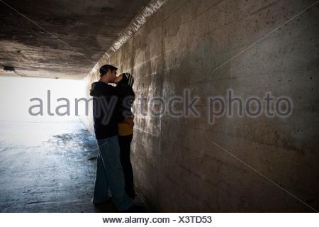 Paar küssen im tunnel - Stockfoto